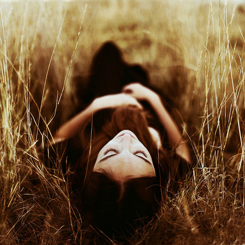 girl-long-grass-photography-thinking-Favim.com-670776