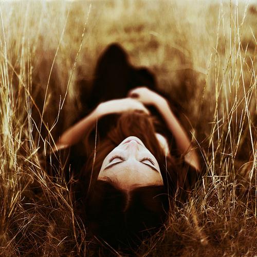 girl-long-grass-photography-thinking-Favim.com-670776