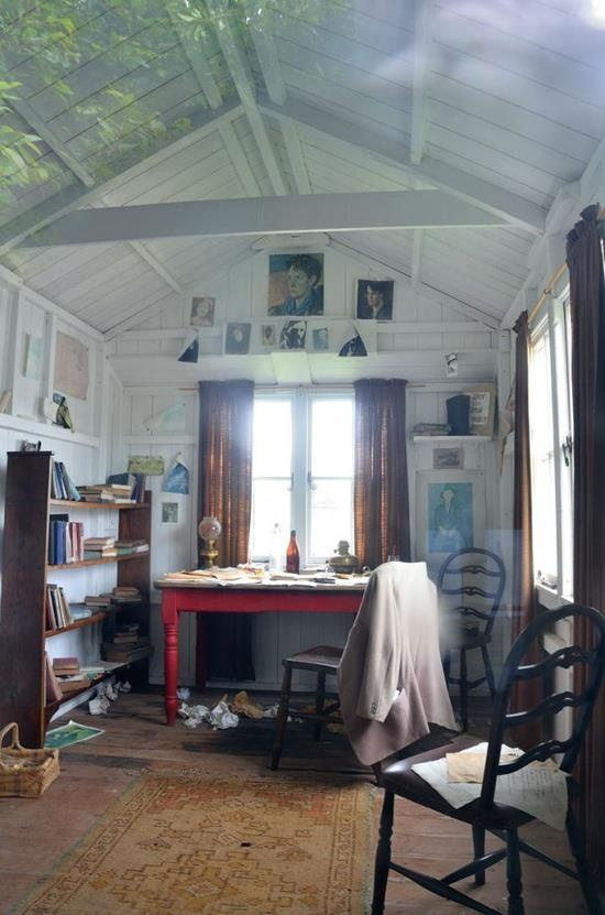 Interior-of-Reconstructed-Dylan-Thomas-Writing-Shed-Laugharne