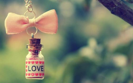 1389014883_vial-of-love-hanging-from-a-pink-bow_800